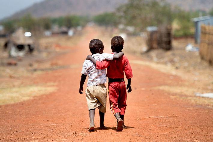 To afrikanske drenge holder om hinanden