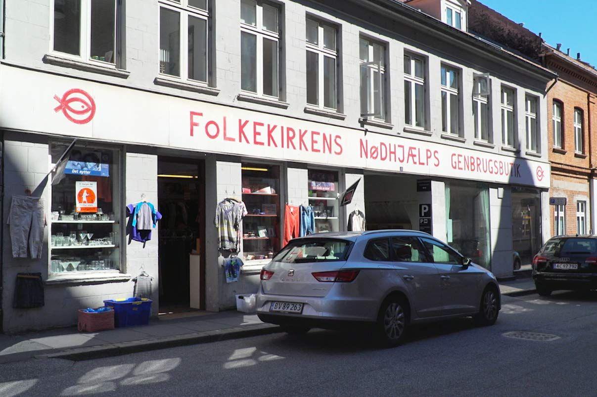 Foto af butik i Ny Munkegade brugt i artikel om Danmarks første genbrugsbutik i Aarhus