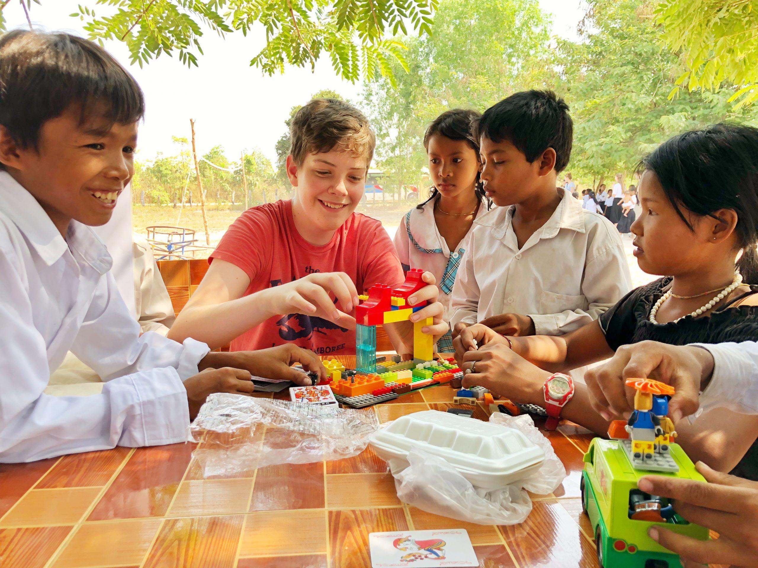 Elev leger med lego med Cambodianske skolebørn - Odsherred Efterskole