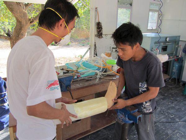To mænd laver en protese af en fod - Myanmar