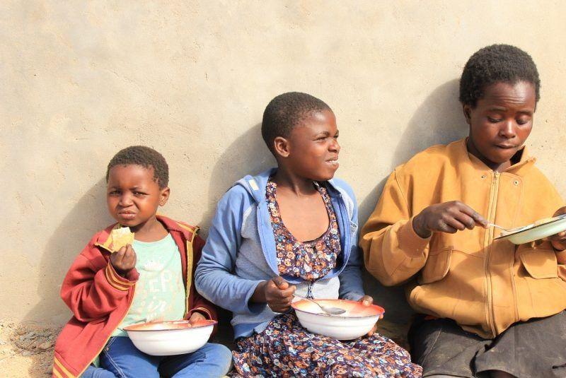 Tre børn spiser quinoa og amarant