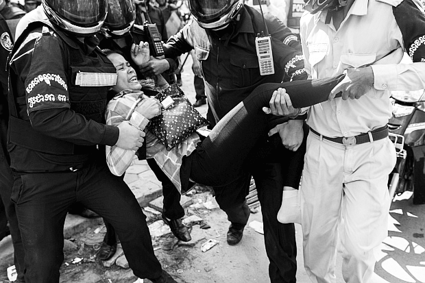 Sikkerhedsvagter anholder demonstrant i Cambodja