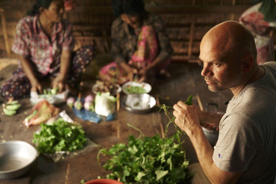 Kvinder laver mad med Jesper Vollmer i Cambodja