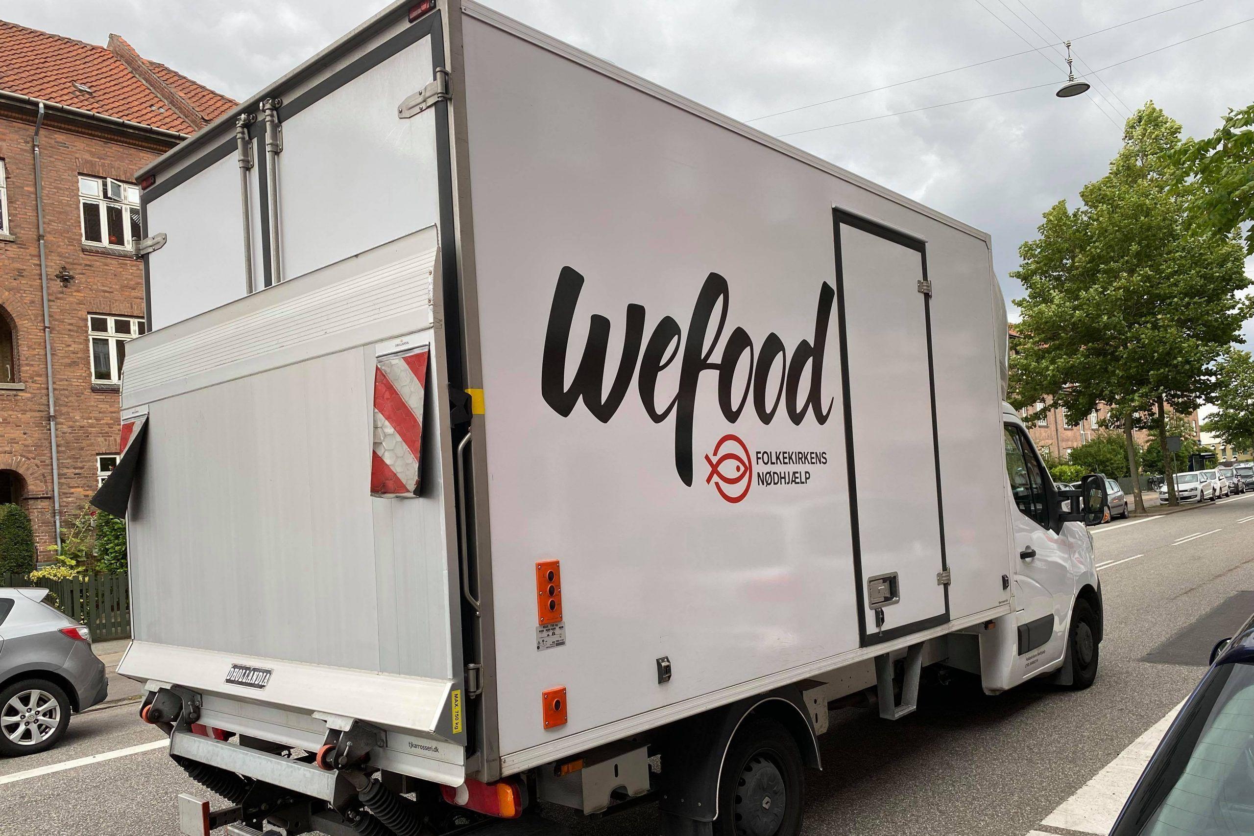 Wefood bil fra siden med logo
