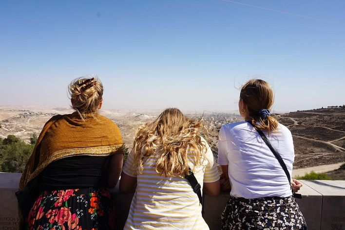 three girls looking over palæstina