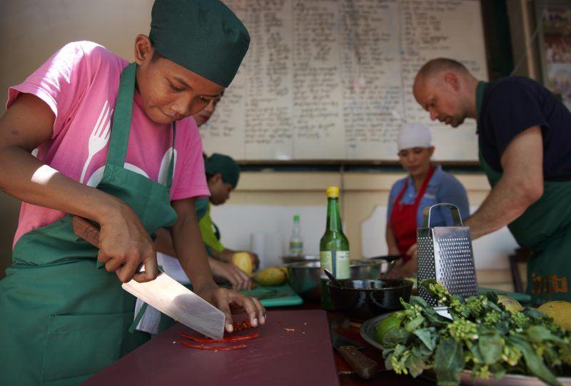 Madlavning i Cambodjas hovedstad i restauranten Romdeng