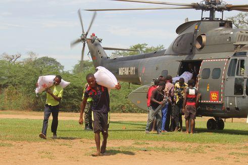 Forsyninger ankommer med helikopter