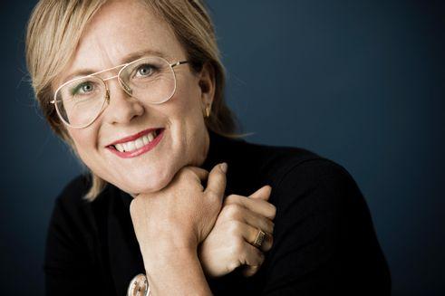 Folkekirkens Nødhjælps ambassadør, Lisbeth Wulff, smiler ind i kameraet