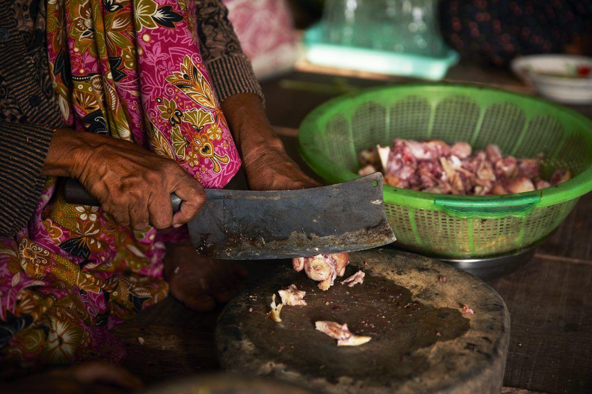 Kvinde laver mad i Cambodja