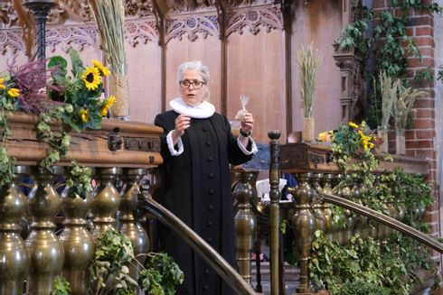 Præst i kirke