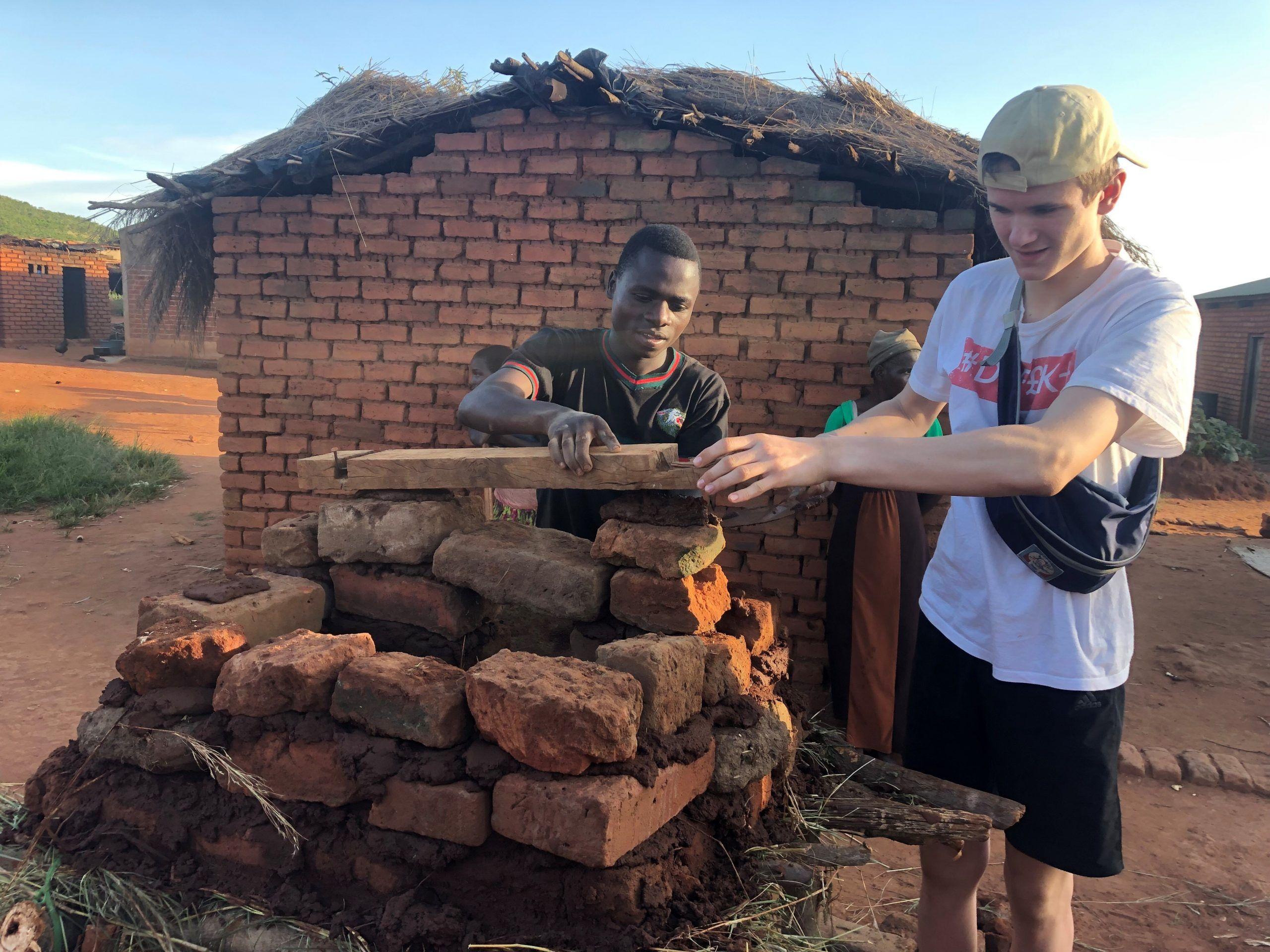 Elev fra Osted Efterskole bygger kaninbur i Malawi