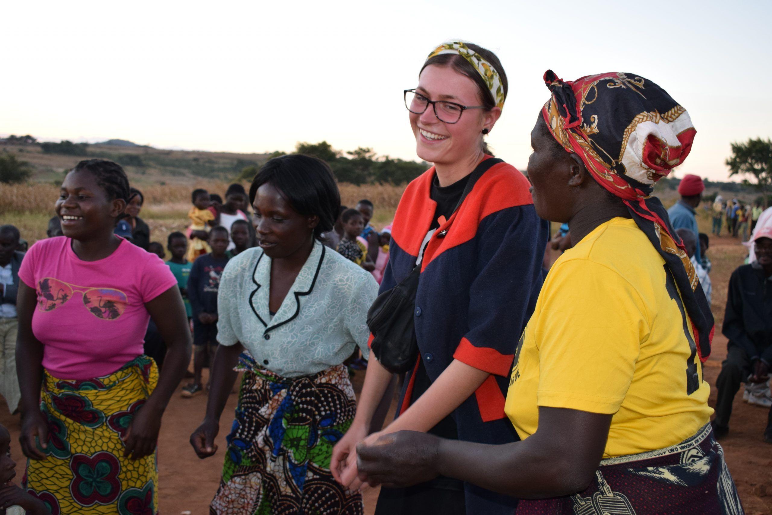 Elever danser med i malawi - silkeborg højskole