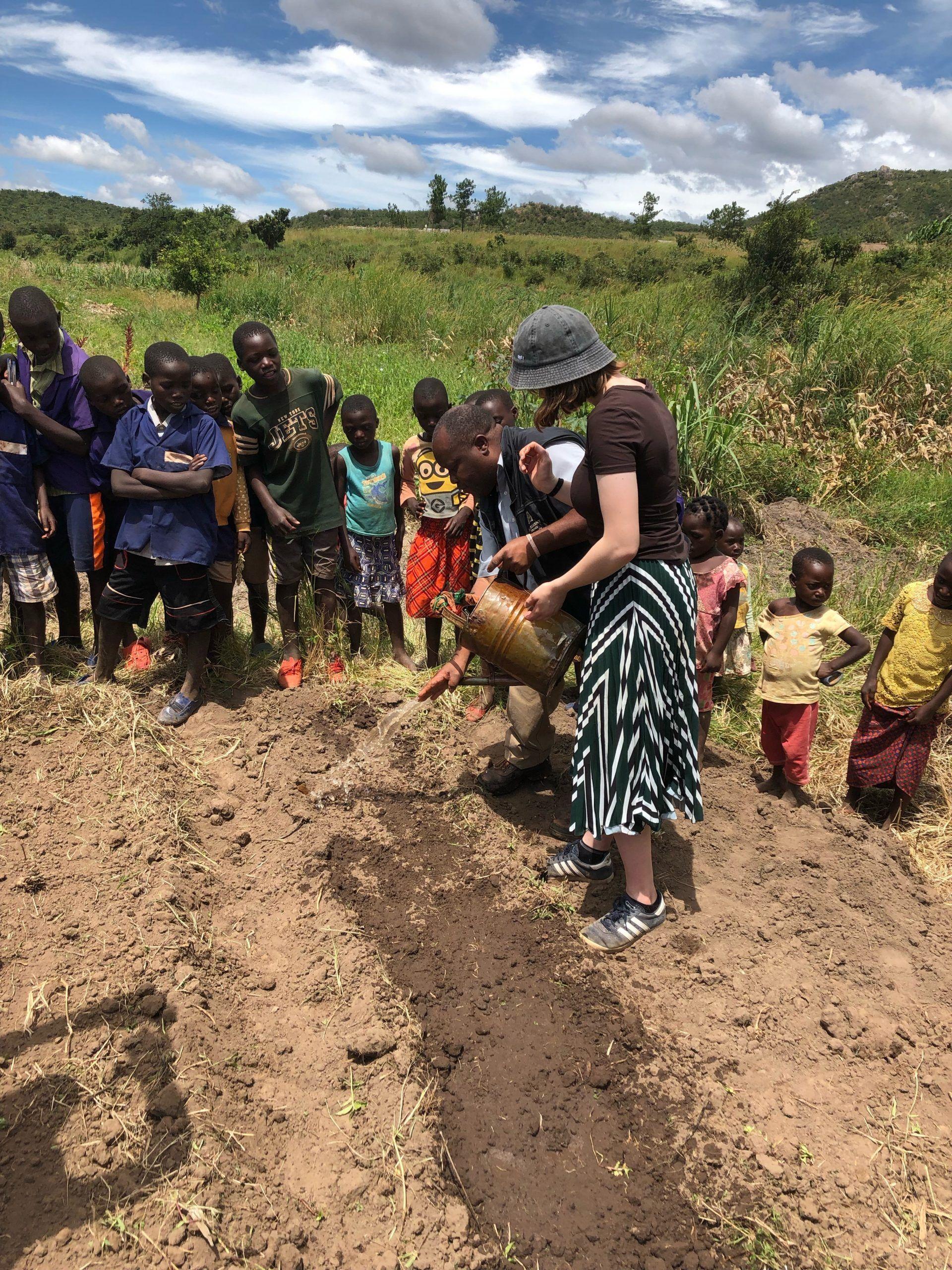 Elever hjælper med at Plante løg i Malawi - Osted Efterskole