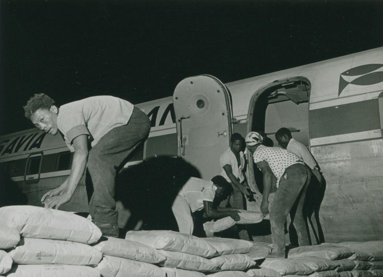 Biafra, luftbro, last på fly.